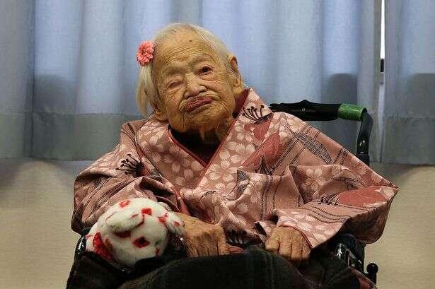 Mulher mais velha do mundo comemora aniversário de 117 ao lado dos bisnetos