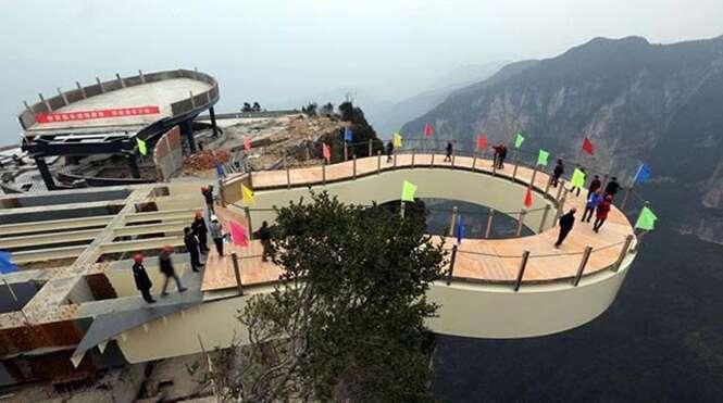 China constrói aterrorizante ponte de vidro que em penhasco