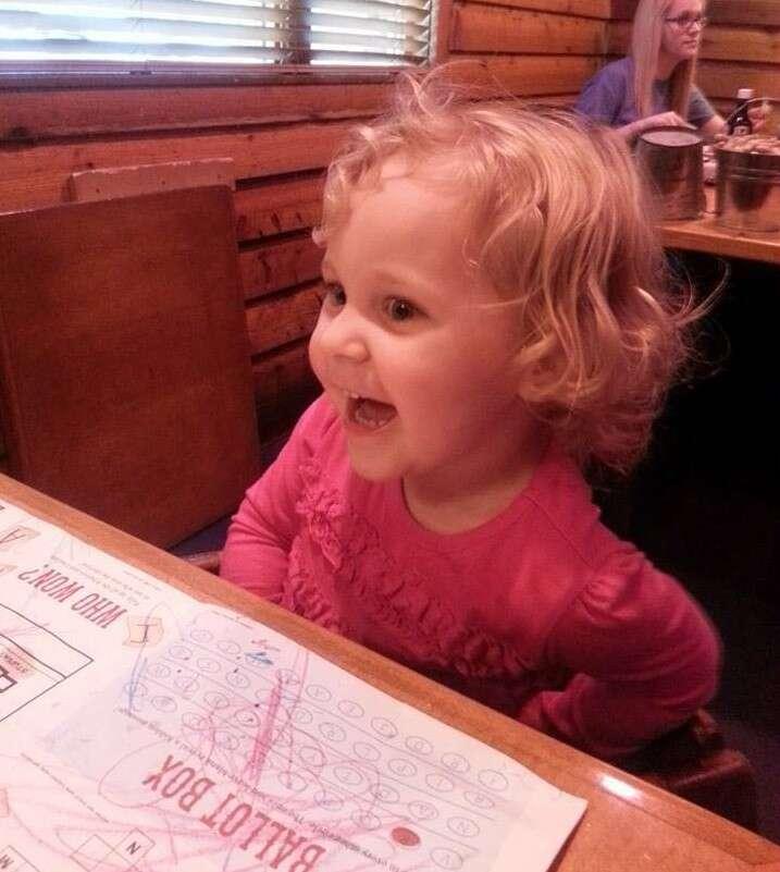 Menina de dois anos fica bêbada depois de garçonete confundir suco com bebida alcoólica