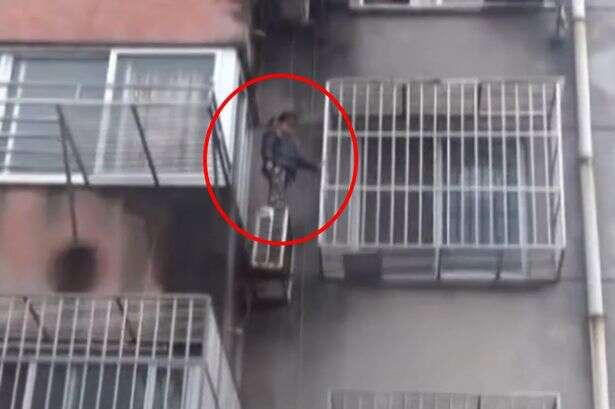 Menina de 4 anos é flagrada presa do lado de fora de janela de prédio