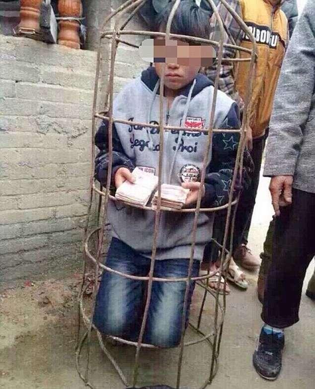 Menino de nove anos é preso em gaiola e deixado nu em lagoa como punição por ter roubado dinheiro