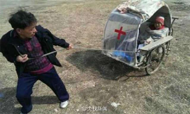 Agricultor puxa esposa doente até hospital através de carrinho improvisado