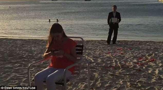 Homem pede namorada em casamento todos os dias durante um ano