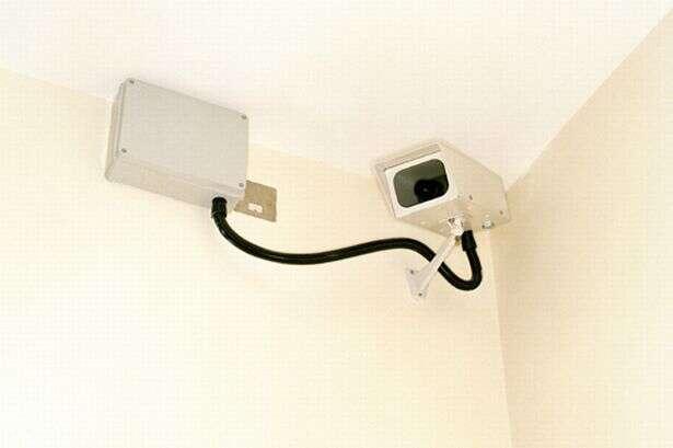Pai é preso após instalar câmera escondida no quarto do filho