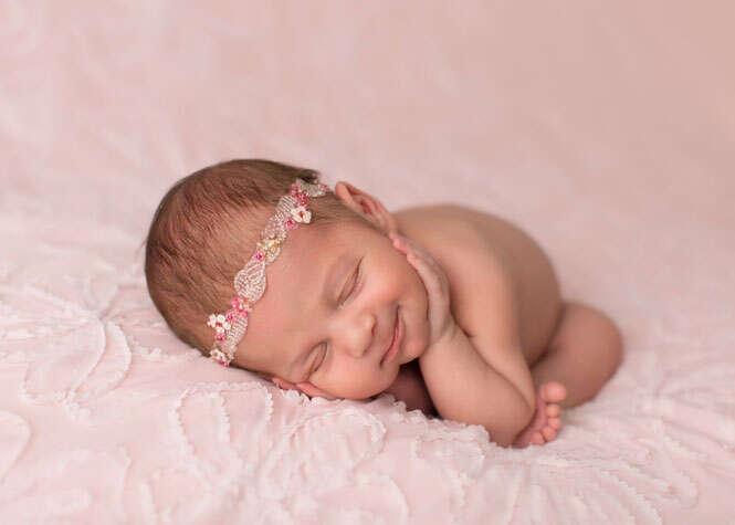 Bebê sorrindo e dormindo