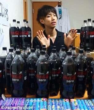 Japonês com corpo coberto de bala Mentos pulando em banheira cheia de Coca Cola Zero bomba na web