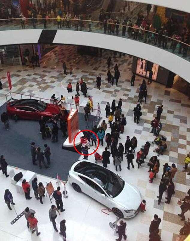 Menino de 5 anos atropela mulher e bebê ao ligar carro em exposição dentro de shopping