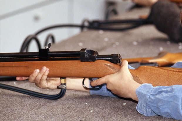 Menino mata o irmão ao encontrar arma carregada escondida debaixo da cama do pai