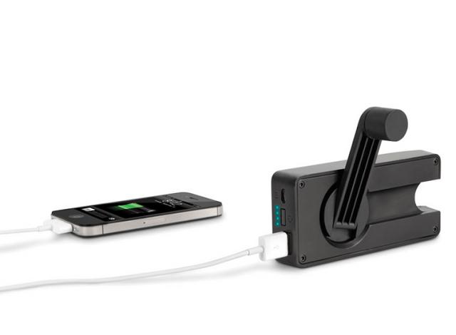 Empresa cria capa de iPhone que recarrega apralho com uma manivela