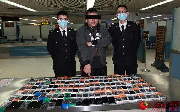 Homem tenta embarcar com 146 iPhones 6 colados ao corpo