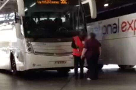 Passageira com mal cheiro é expulsa de ônibus e forçada a tomar banho em rodoviária