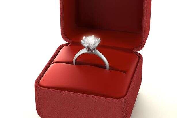 Quanto mais caro o anel de novado maiores as chances de o casamento ser duradouro, indica pesquisa