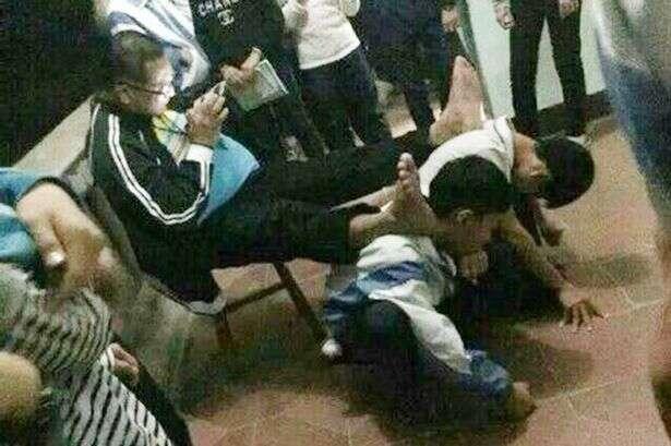 Professor humilha alunos ao obrigá-los a ficarem ajoelhados como apoio para seus pés em forma de punição