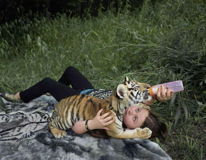 Criança com animais selvagens