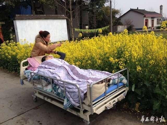 Esposa empurra marido acamado todos os dias para ele tomar sol
