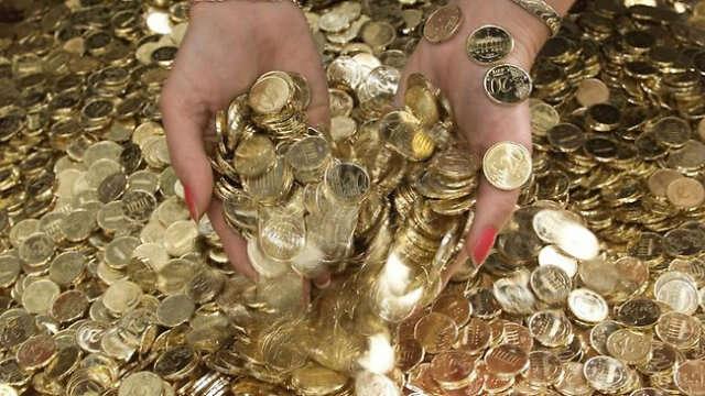 Homem paga apartamento usando moedas