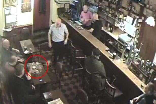 Copo se quebra misteriosamente depois que homem se afasta de mesa