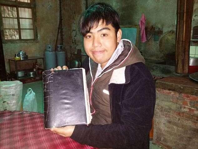 Chinês sofre acidente aos 17 anos, fica incapaz de reter memórias diárias e precisa ser lembrado todos os dias