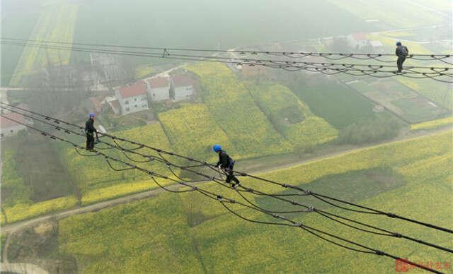 Funcionários corajosos trabalham a mais de 120 metros de altura
