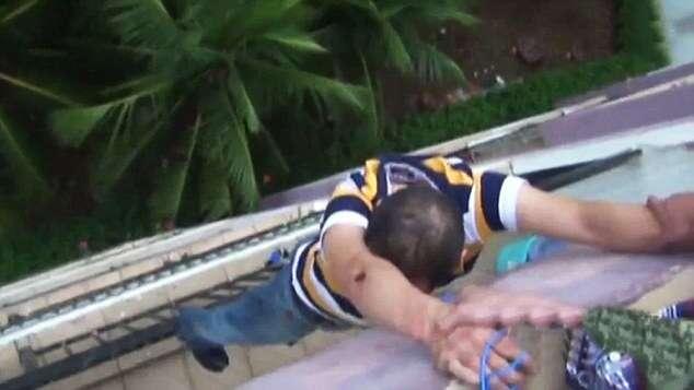 Bêbado fica pendurado pelos dedos no oitavo andar de prédio