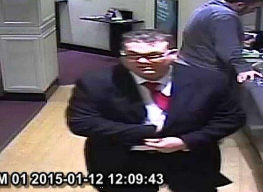 Homem elegante invade e rouba banco usando apenas uma caneta