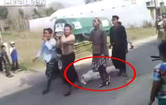 Morto cai de caixão e é esquecido durante caminhada em funeral