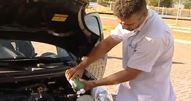 Homem inventa carro movido a água e faz sucesso na web