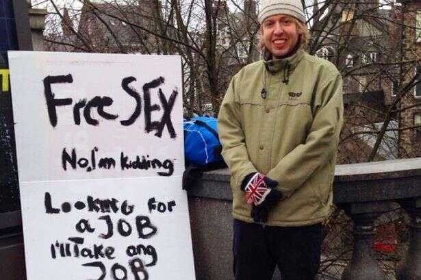 Homem desempregado segura faixa oferecendo sexo grátis em tentativa de conseguir trabalho