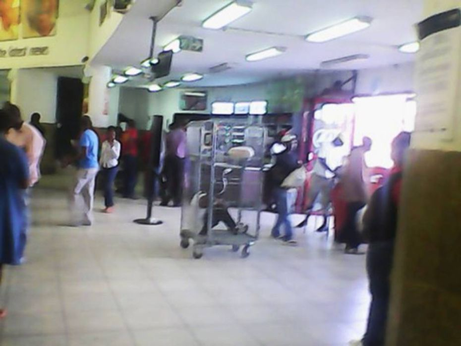 Supermercado causa polêmica ao enjaular menina de 13 anos e a expor a clientes