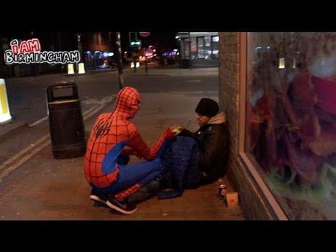 Homem aranha utiliza seus poderes ajudar os mais necessitados