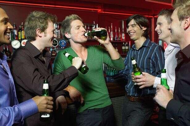 Sair para beber acompanhado dos amigos aumenta as chances de ressaca, diz pesquisa