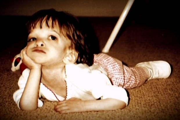 Documentário relata história de menina de 16 anos com síndrome rara levando a vida na pele de um bebê
