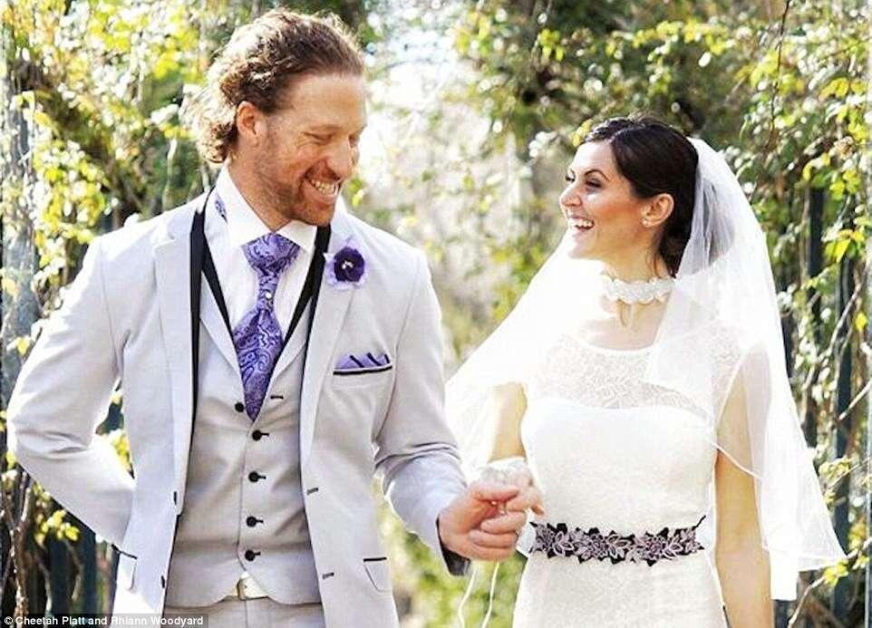 Casal viaja pelo mundo para se casar em vários países diferentes