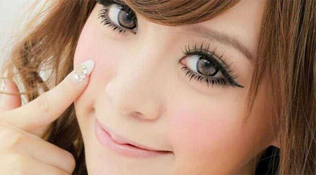 """Mulher desenvolve """"pedras"""" nos olhos depois de usar lentes de contato"""