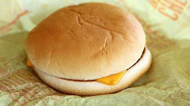 Homem com enorme vontade de comer cheeseburger salta de carro em movimento após motorista recusar leva-lo a lanchonete