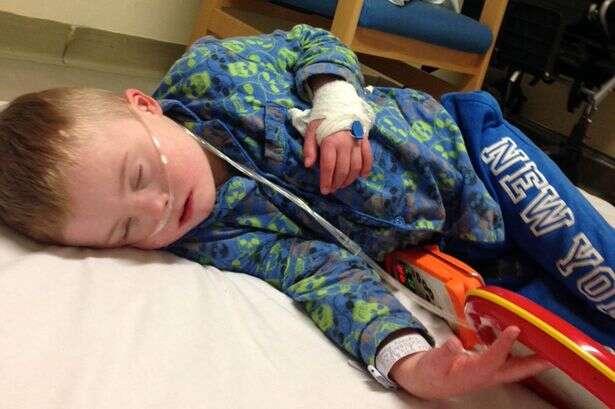 Criança com síndrome de Down, autismo e epilepsia é obrigada a dormir no chão de hospital