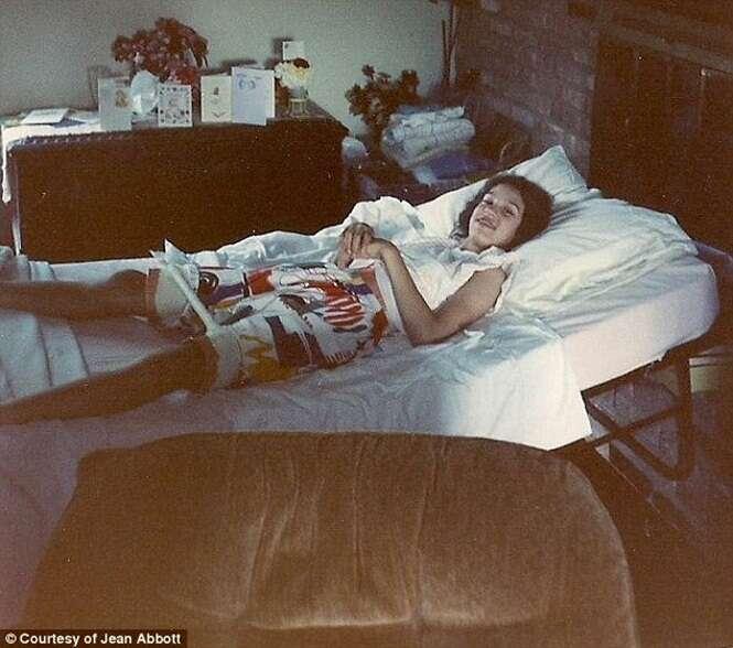 Mulher é diagnosticada com paralisia cerebral, passa 30 anos sem poder andar e descobre que diagnóstico estava errado