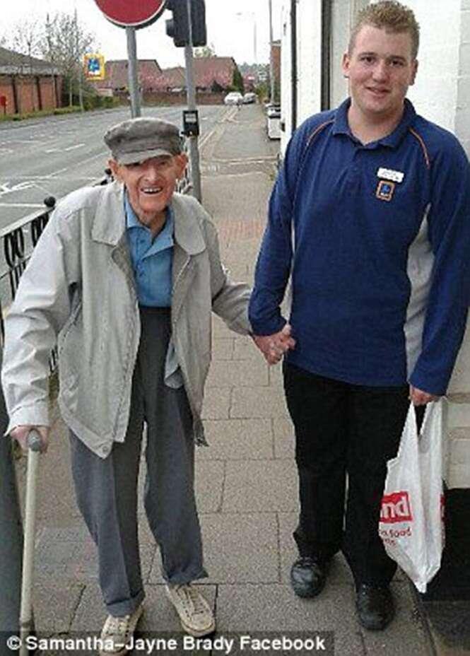 Adolescente ajuda idoso de 95 anos a ir para casa durante forte ventania
