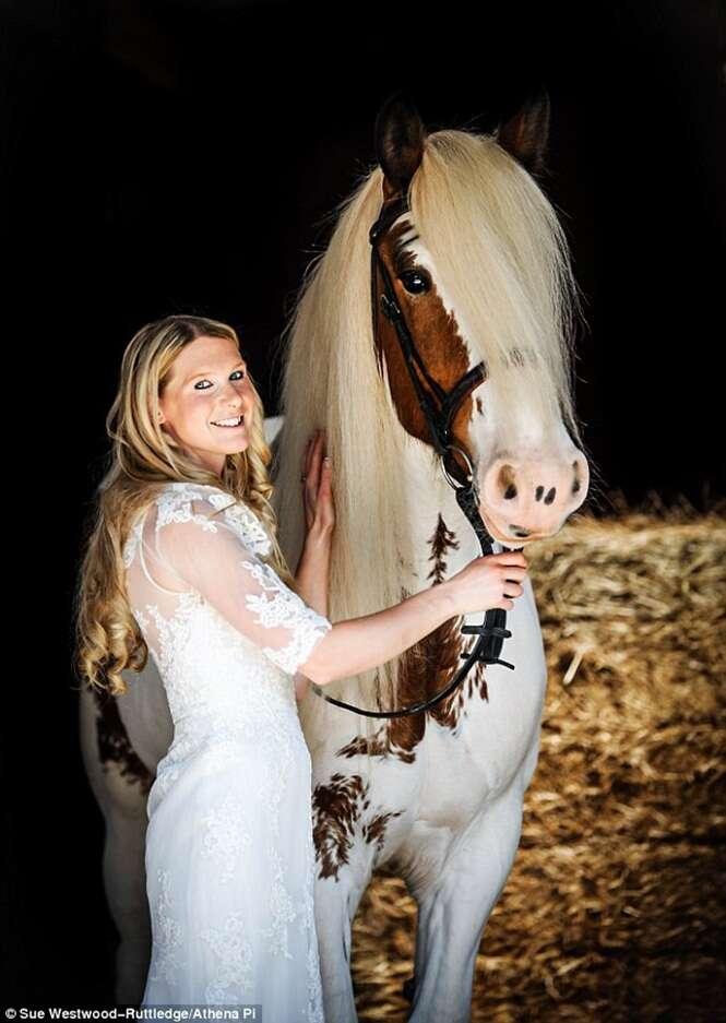 Mulher entra em seu casamento montada de cavalo após salvá-lo da morte e se tornarem amigos inseparáveis