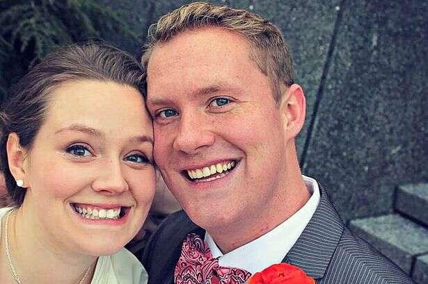 Fantasma aparece em foto de casal após cerimônia de casamento