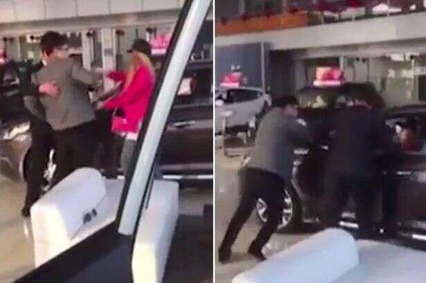 Mulher furiosa com namorado sobre compra de automóvel entra em veículo e tenta sair de concessionária dirigindo carro