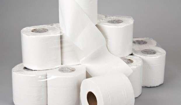Jogar papel higiênico no vaso sanitário é mesmo errado?
