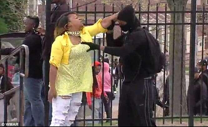 Mãe vê pela TV filho atirando pedras em policiais durante protesto e vai busca-lo a tapas