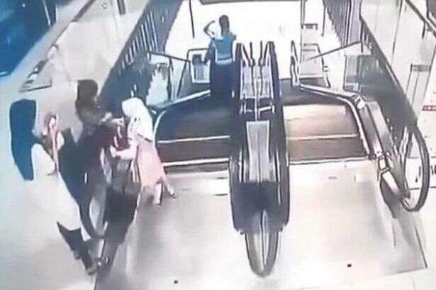 Vídeo mostra momento em que criança cai de escada rolante e morre em shopping
