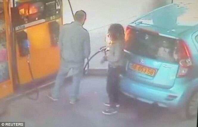 Mulher coloca fogo no carro de homem após ele recusar lhe dar um cigarro