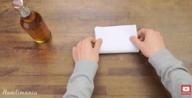 Vídeo mostra como transformar papel em abridor de garrafas de cerveja