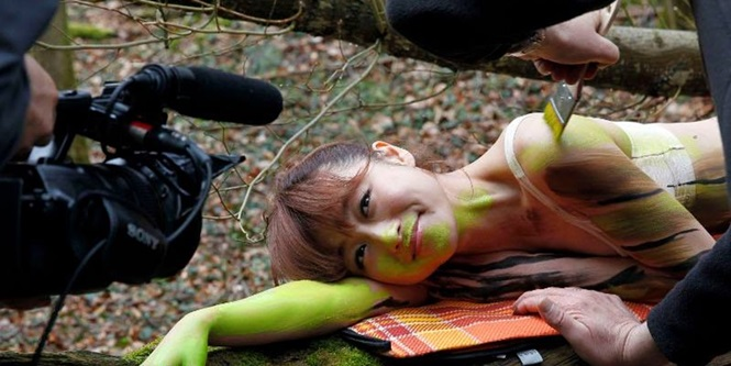 Artista camufla mulheres nuas em cenários naturais