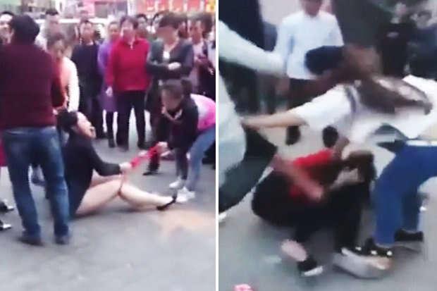 Esposa traída arranca roupa de amante do marido no meio da rua