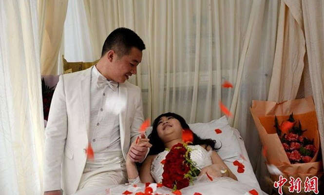 Noivo leva fotógrafo a hospital e vesti a amada de branco para fotos de casamento