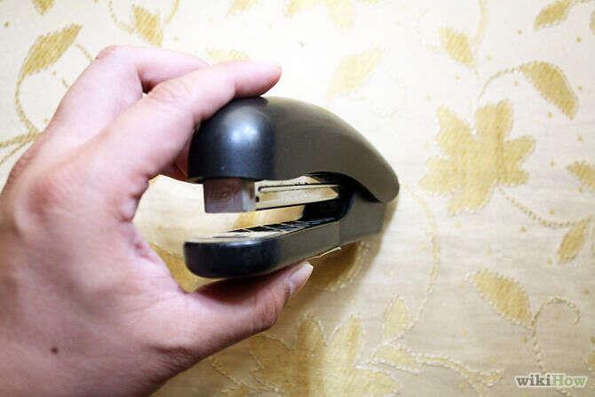 Motorista multado falando ao celular enquanto dirigia se defende afirmando que estava segurando grampeador